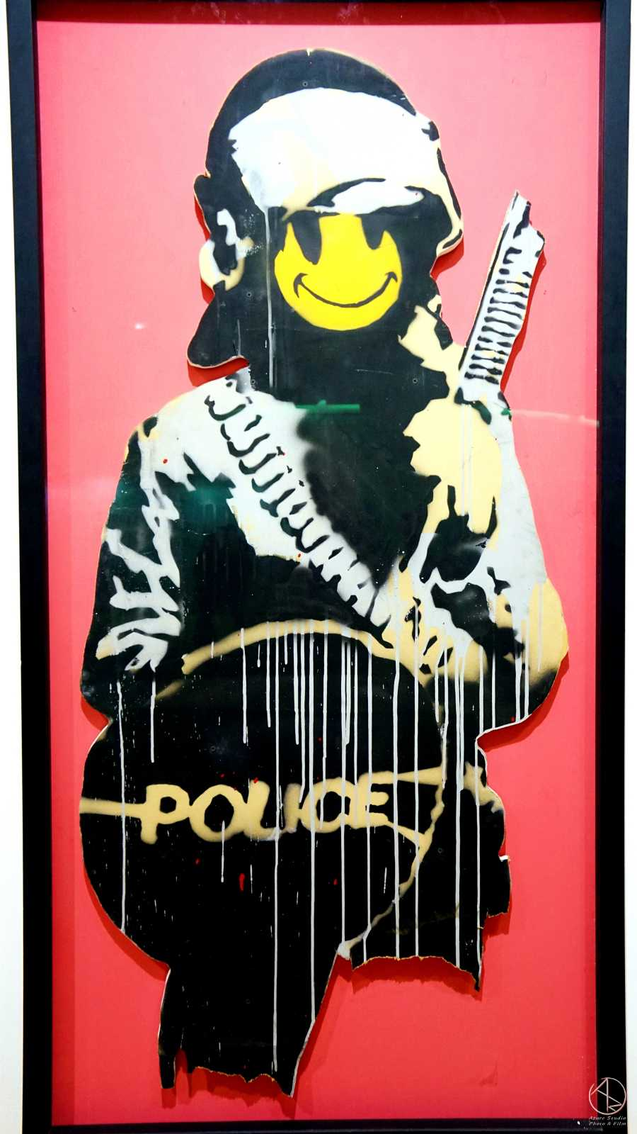 Banksy in Taipei 台北Bellavita班克斯展,微笑的警察。紙板壓克力噴漆,2003年作品。
