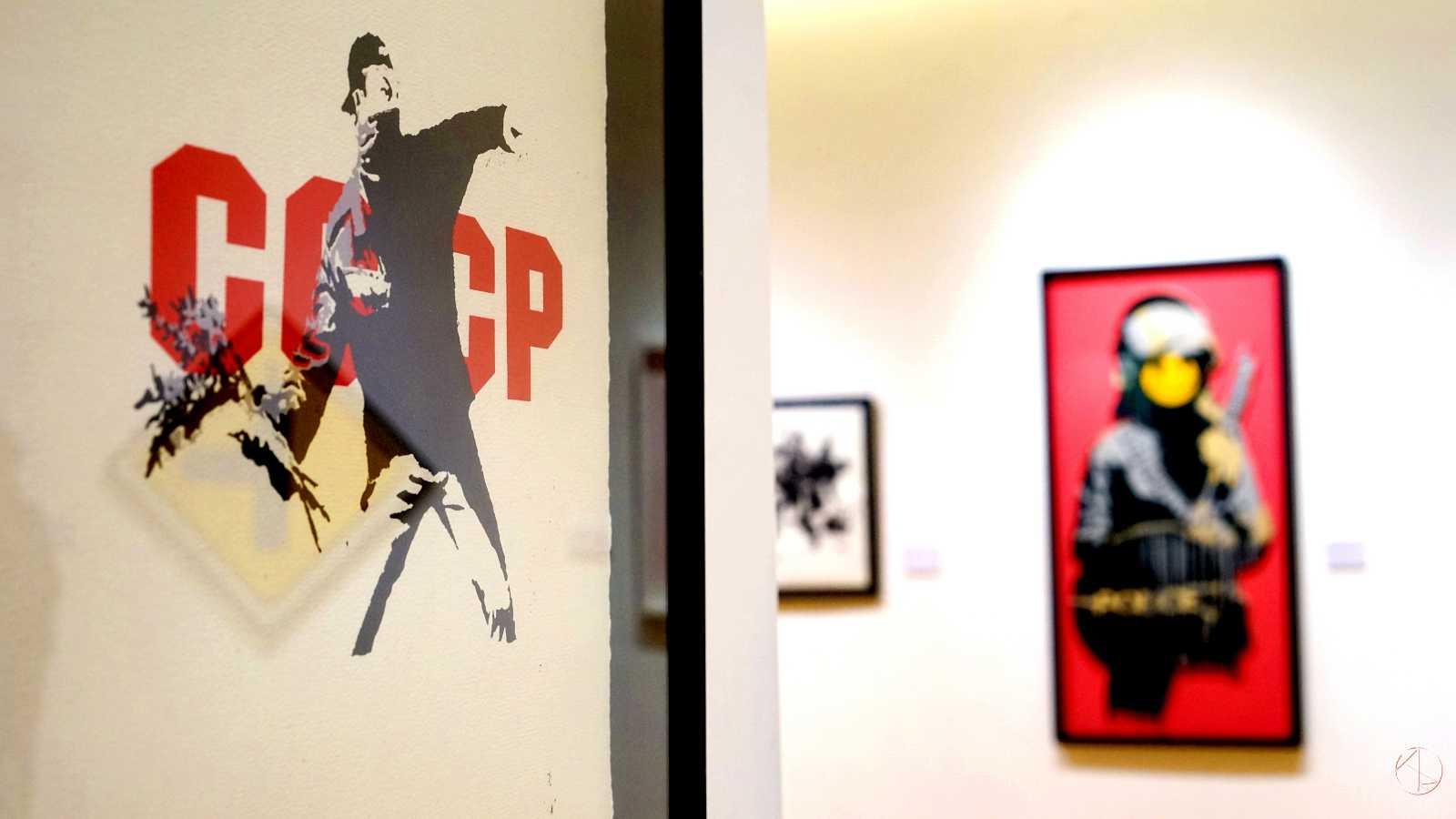 Banksy in Taipei 台北Bellavita班克斯展,蘇維埃擲花者。絲網版畫,2003年作品。